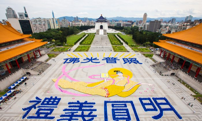 """On Nov. 8, 2014, about 6000 practitioners from Taiwan, Hong Kong, South Korea, Japan, Singapore, Vietnam, America and Europe formed the Chinese characters """"The light of Buddhas illuminates and heals the world"""" and a heavenly beauty to welcome the Falun Dafa Experience Sharing Conference, which was to be held the following day in Taipei. (Danny Li/The Epoch Times)"""