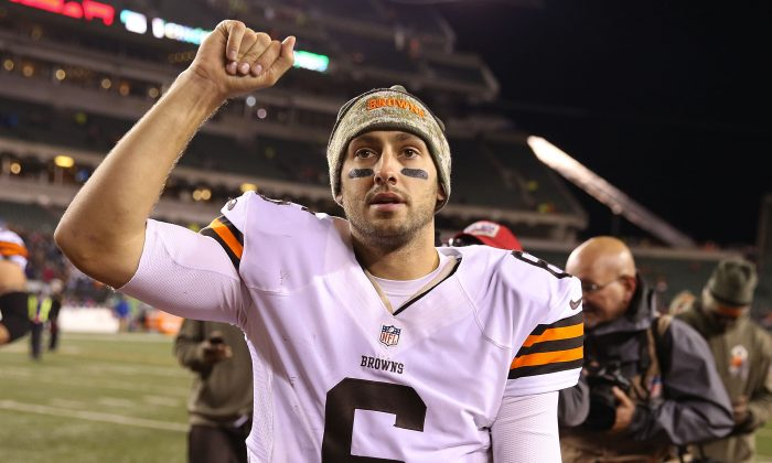 Brian Hoyer #6 of the Cleveland Browns celebrates as he walks off of the field after defeating the Cincinnati Bengals 24-3 at Paul Brown Stadium on November 6, 2014 in Cincinnati, Ohio. (Photo by Andy Lyons/Getty Images)