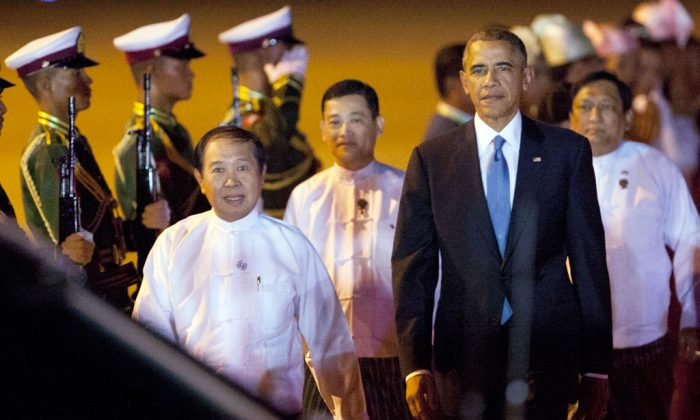 US President Barack Obama (R) walks along with Myanmar Labour Minister Aye Myint (L)  in Naypyitaw. (AP Photo/Khin Maung Win)