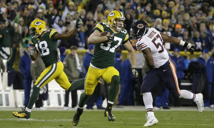 Green Bay Packers wide receiver Jordy Nelson (87) runs to the end zone for a touchdown after catching a pass from quarterback Aaron Rodgers during the first half of an NFL football game against the Chicago Bears Sunday, Nov. 9, 2014, in Green Bay, Wis. (AP Photo/Morry Gash)