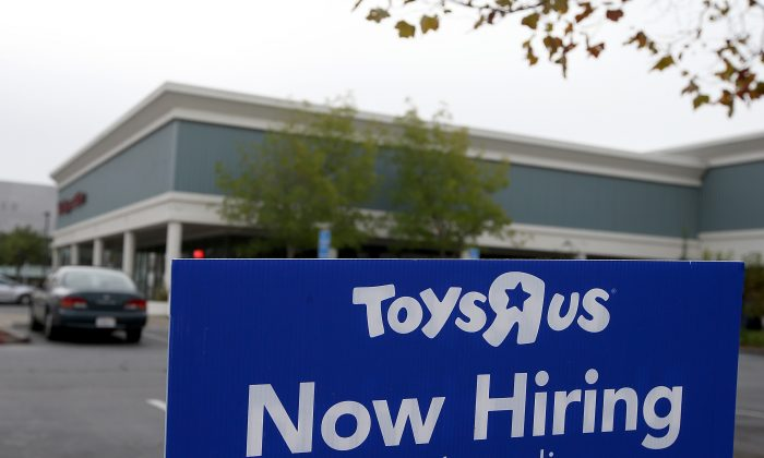 US companies ramped up hiring in September, and more Americans were confident enough to quit their jobs—two signs of an improving economy. (Justin Sullivan/Getty Images)