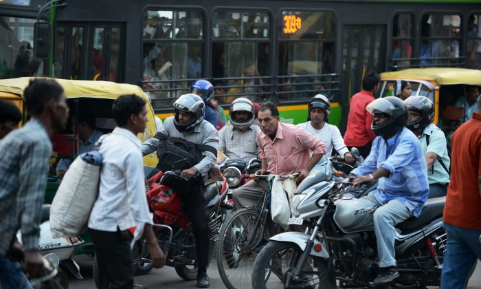 Delhi traffic police launched a Whatsapp helpline on Oct. 16, 2014, for citizens to report traffic rule violations, and one month later said the response has been good. (Roberto Schmidt/AFP/Getty Images)
