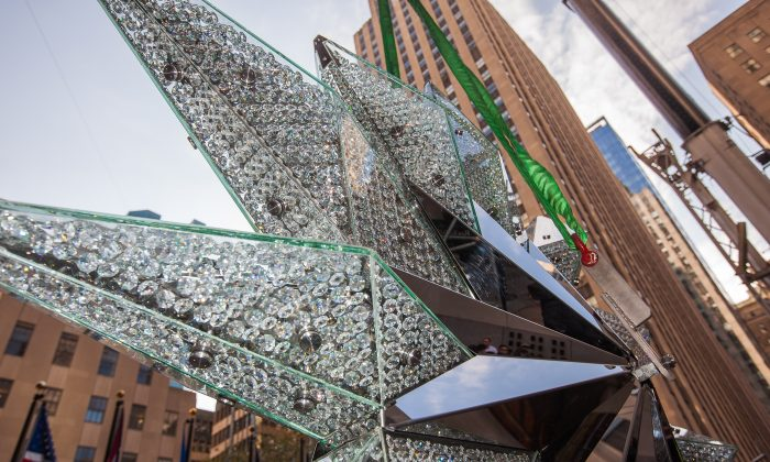 A 550-pound Swarovski crystal star is prepared for its ascent to the top of the Christmas tree at Rockefeller Plaza in Manhattan, New York, on Nov. 13, 2014. (Petr Svab/Epoch Times)