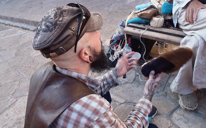 Wade Shepard interviewing traveling artisan (Vagabond Journey)