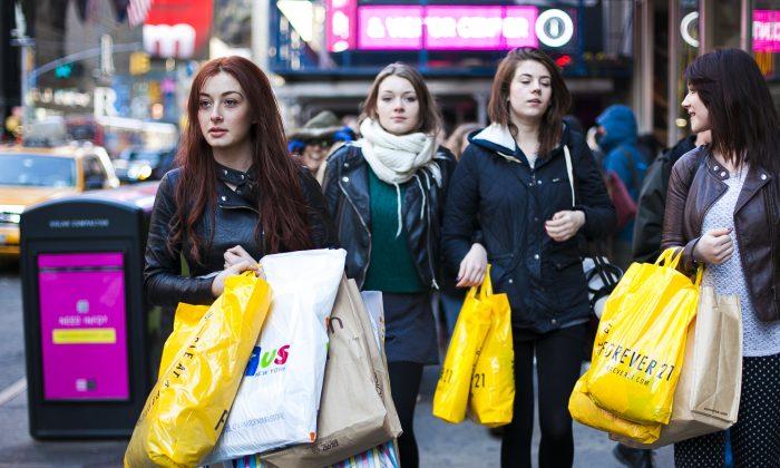 Women shop in midtown Manhattan, New York on March 26, 2014. (Samira Bouaou/Epoch Times)
