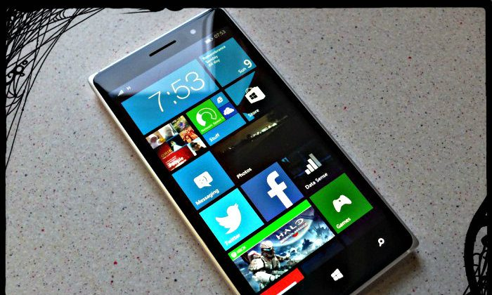 Nokia Lumia 830. (James Pearce/Coolsmartphone; effects added by Epoch Times)