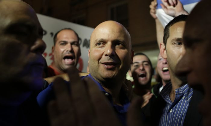 """Israeli mayor of the costal city of Ashkelon Itamar Shimoni joins a rally in his support in Ashkelon, Israel, Thursday, Nov. 20, 2014. Shimoni has suspended Israeli Arab laborers from work, renovating bomb shelters at local day-care centers. The move drew widespread criticism on Thursday, including from Netanyahu who said """"there is no place for discrimination against Israeli Arabs."""" (AP Photo/Tsafrir Abayov)"""