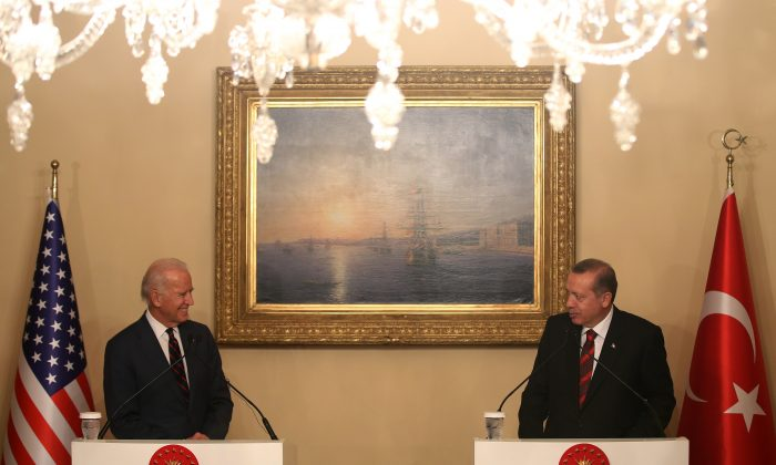 US Vice President Joe Biden (L) and Turkish President Recep Tayyip Erdogan speak to the media during a joint news conference in Istanbul, Turkey, Saturday, Nov. 22, 2014. Biden on Friday became the latest in a parade of US officials trying to push Turkey to step up its role in the international coalition's fight against Islamic State extremists. (AP Photo/Emrah Gurel)
