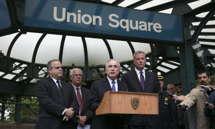 New York City Mayor Bill de Blasio (R) and New York City Police Commissioner William Bratton (C) at a press conference held in front of the Union Square subway station in New York on Sept. 25, 2014. (Samira Bouaou/Epoch Times)
