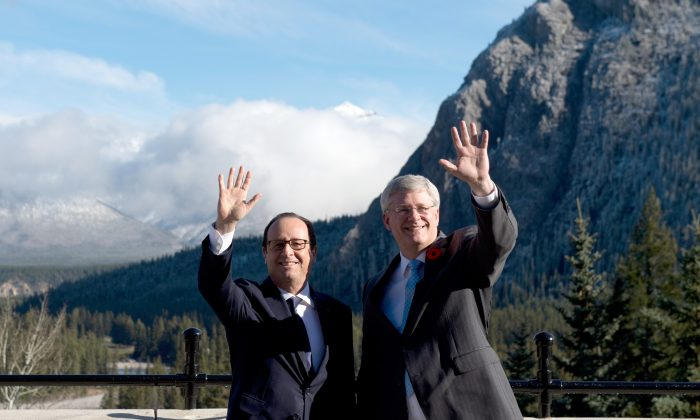 French president Francois Hollande (L) and Canadian Prime Minister Stephen Harper in Banff, Alberta, Canada, on Nov. 2, 2014. (Alain Jocard/AFP/Getty Images)