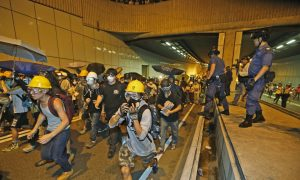 Hong Kong: Students, Police Clash Outside Gov't HQ as Protesters Step Up Occupy Movement (+Photogallery)