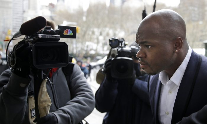 Minnesota Vikings' Adrian Peterson (R) arrives for a hearing for the appeal of his suspension in New York, Tuesday, Dec. 2, 2014. (AP Photo/Seth Wenig)