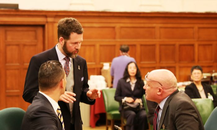 """MP Scott Reid, chair of the Canadian Parliament's Subcommittee on International Human Rights (C), speaks with Dr. Damon Noto of Doctors Against Forced Organ Harvesting (R) and investigative journalist Ethan Gutmann, author of """"The Slaughter: Mass Killings, Organ Harvesting, and China's Secret Solution to Its Dissident Problem,"""" on Oct. 21, 2014. On Nov. 6, 2014, the committee passed a motion condemning the Chinese regime's practice of forced organ harvesting from prisoners of conscience. (Donna He/Epoch Times)"""