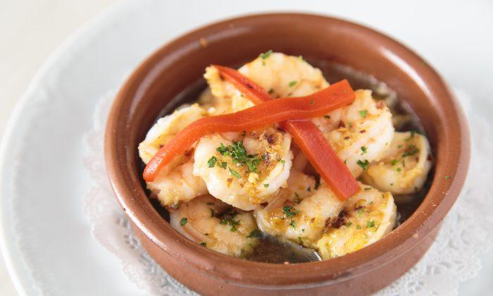 Gambas al Ajillo, or shrimp in garlic sauce. (Samira Bouaou/Epoch Times)