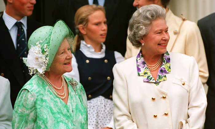 The Queen Mother (L) is joined by her eldest daughter, Queen Elizabeth II outside Clarence House 04 August 1993 on her 93rd birthday. The Queen Mother was the widow of Britain's wartime monarch, King George VI. (Photo credit should read EPA/AFP/Getty Images)