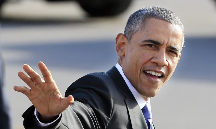 President Barack Obama waves to a crowd after arriving  in Nashville, Tenn., Tuesday, Dec. 9, 2014. Obama is in Nashville to visit the Casa Azafran community center and speak about immigration reform. (AP Photo/Mark Humphrey)