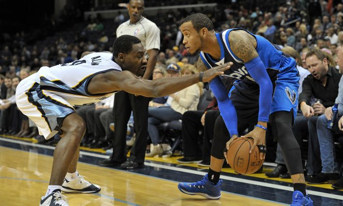 Memphis Grizzlies guard Tony Allen, left, challenges Dallas Mavericks guard Monta Ellis for the ball in the first half of an NBA basketball game Tuesday, Dec. 9, 2014, in Memphis, Tenn. (AP Photo/Brandon Dill)