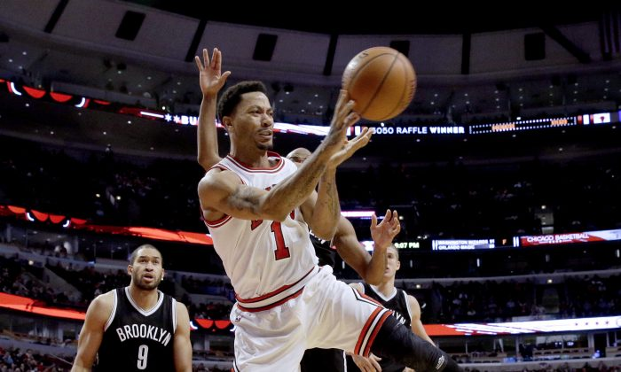 Chicago Bulls guard Derrick Rose (1) passes the ball during the second half of an NBA basketball game against the Brooklyn Nets in Chicago on Wednesday, Dec. 10, 2014. The Bulls won 105-80. (AP Photo/Nam Y. Huh)