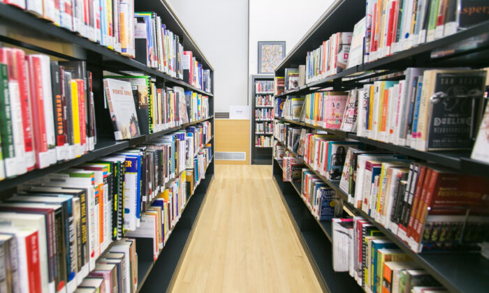 Rows of books line book shelves at the Washington Heights public library in Manhattan on Dec. 10, 2014. (Benjamin Chasteen/Epoch Times)