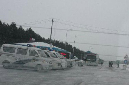 Road on the way to Qianjin Court in Jiansanjiang of northern China's Heilongjiang Province on Dec. 17, 2014. Eight lawyers defending three Falun Gong practitioners on trial at Qianjin Court on Dec. 17 had to slip through a police blockade. (Screenshot/Weibo.com)
