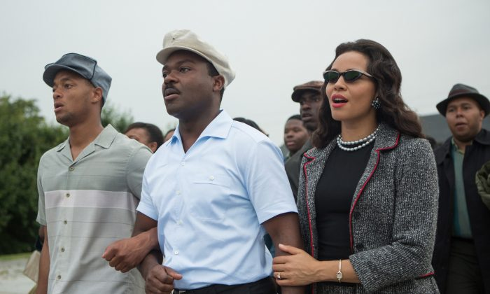 """This photo released by Paramount Pictures shows, David Oyelowo, center, as Martin Luther King, Jr. and Carmen Ejogo, right, as Coretta Scott King in the film, """"Selma."""" (AP Photo/Paramount Pictures, Atsushi Nishijima)"""