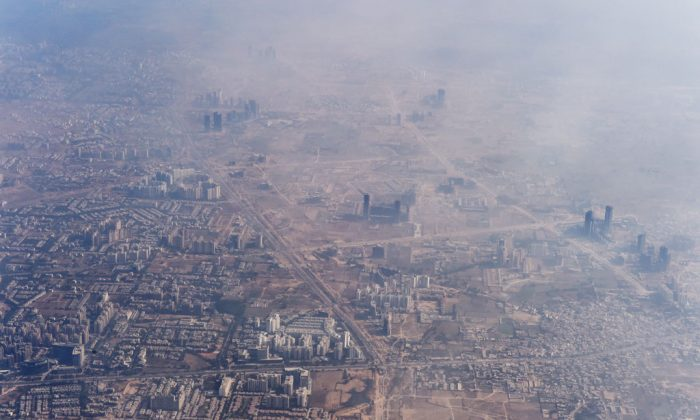 Smog envelops buildings on the outskirts of the Indian capital New Delhi on Nov. 25, 2014. (Roberto Schmidt/AFP/Getty Images)