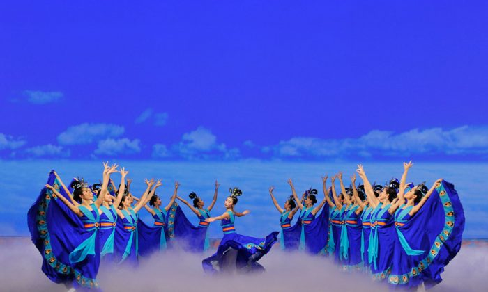"Michelle Ren (C) in ""The Mystical Phoenix,"" part of Shen Yun's 2009 program. (Courtesy of Shen Yun)"