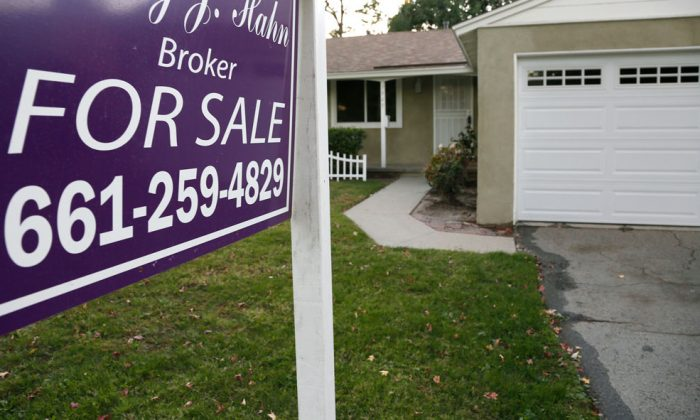A house for sale in Los Angeles on Nov. 3, 2014. The number of Americans signing contracts to buy homes rose modestly in November as a strengthening economy helped nudge some would-be homebuyers. (AP Photo/Richard Vogel)