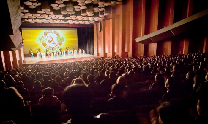 Audience members taking in Shen Yun at Houston's Jones Hall for the Performing Arts. (Chen Xiaoxiao/Epoch Times)