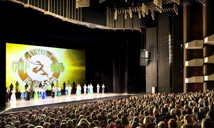 The cast of Shen Yun Performing Arts says goodbye to Ottawa after their final performance at the National Arts Centre on Jan. 4, 2015. (Evan Ning/Epoch Times)