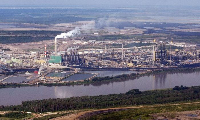 An aerial view of the Suncor mine facility along the Athabasca river near Fort McMurray. A new study has concluded that oilsands mining is not polluting the Athabasca Delta, located 200 km away from the oilsands. Next, the researchers will study Athabasca River sediment further upstream, where oilsands mining and processing activities occur. (The Canadian Press/Jeff McIntosh)