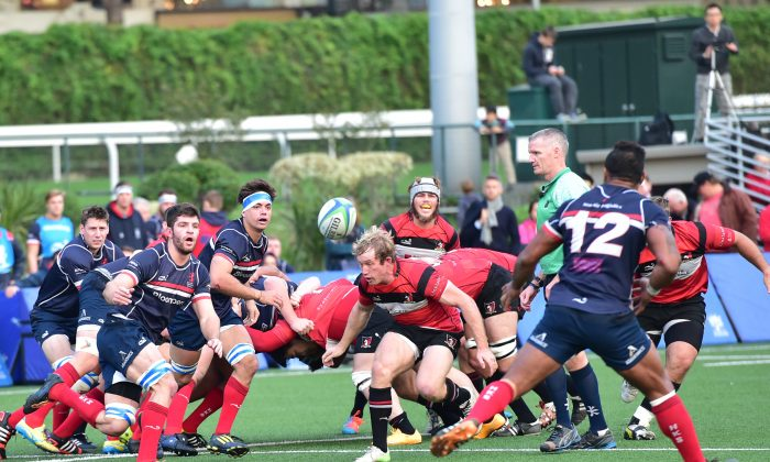 Action in the match between Societe Generale Valley and Bloomberg HK Scottish in their fixture at Happy Valley on Dec 13, 2014. (Bill Cox/Epoch Times)