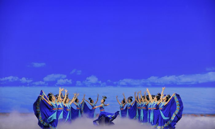 Dancers in Shen Yun Performing Arts portray the mythical phoenix. (Courtesy of Shen Yun Performing Arts)