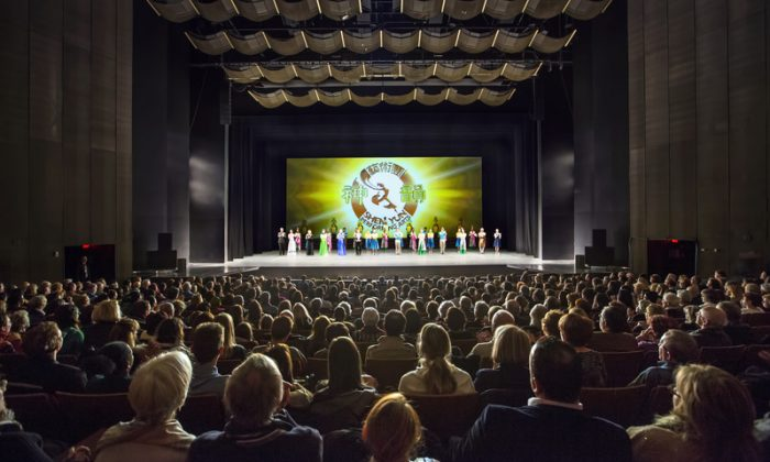 Shen Yun Performing Arts curtain call at the Place des Arts on Jan. 9, 2015. (Dongyu Teng/Epoch Times)