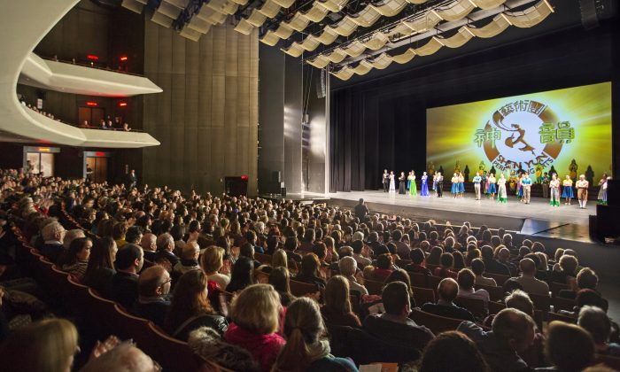 Shen Yun performing Arts International Company's curtain call at Place Des Arts, Montreal,  January 2015. (Evan Ning/Epoch Times)