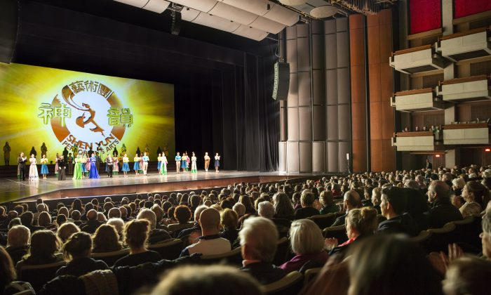 The performers of Shen Yun Performing Arts bid farewell to the audience at the close of the classical Chinese dance company's Tuesday evening full-house show on Jan. 13, 2015, at the Grand Théâtre de Québec in Quebec City. (Evan Ning/Epoch Times)