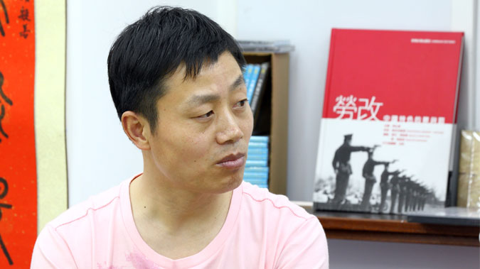 "Du Bin tells about the crimes committed at Masanjia Labor Camp in his new book, ""The Roar of Masanjia."" (Poon Zaishu/Epoch Times)"