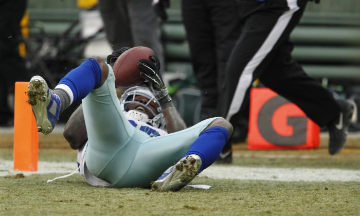 Dallas Cowboys wide receiver Dez Bryant (88) catches a pass against during the second half of an NFL divisional playoff football game Sunday, Jan. 11, 2015, in Green Bay, Wis. The play was reversed. The Packers won 26-21. (AP Photo/Matt Ludtke)