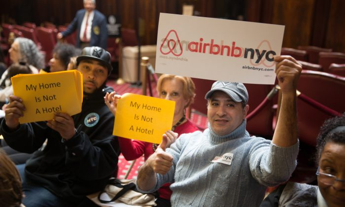 Airbnb supporters and protesters at a City Hall hearing, in New York on Jan. 20, 2015. (William Alatriste/NYC Council)
