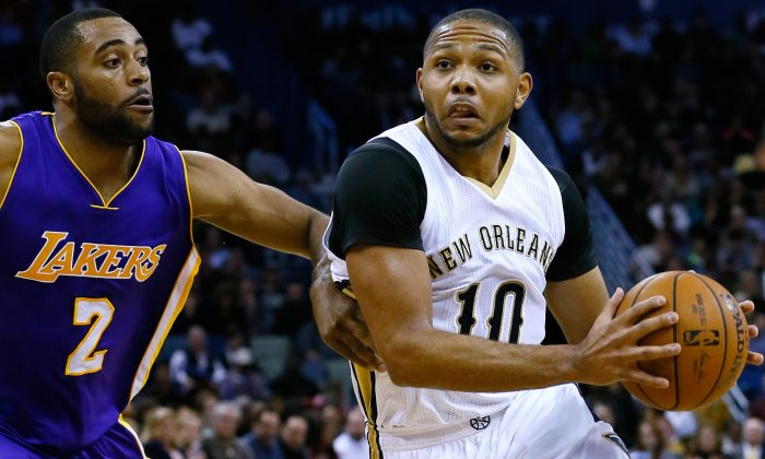 New Orleans Pelicans guard Eric Gordon (10) drives against Los Angeles Lakers guard Wayne Ellington (2) during the second half of an NBA basketball game, Wednesday, Jan. 21, 2015, in New Orleans. The Pelicans won 96-80. (AP Photo/Jonathan Bachman)