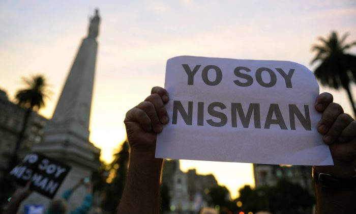 """A man holds a sign reading """"I am Nisman"""" during a demonstration at Mayo square in Buenos Aires on Jan. 19, 2015, against the death of Argentine public prosecutor Alberto Nisman, who was found shot dead earlier, just days after accusing President Cristina Fernández de Kirchner of obstructing a probe into a 1994 Jewish center bombing. (Alejandro Pagni/AFP/Getty Images)"""