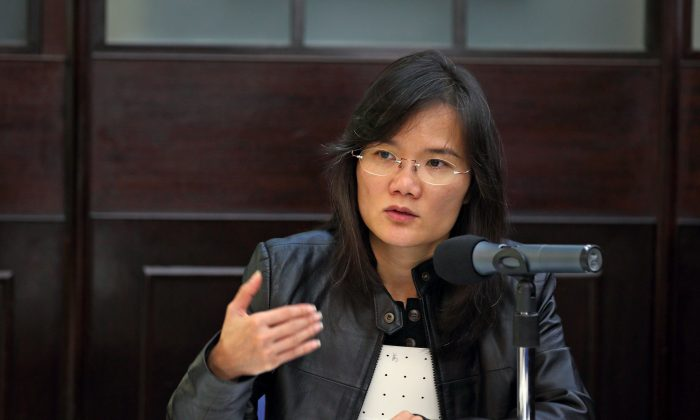 Serenade Woo, spokeswoman for the International Federation of Journalists, speaks at the Foreign Correspondents' Club in Hong Kong on Jan. 26, 2015. (Poon Cai Zhu/Epoch Times)