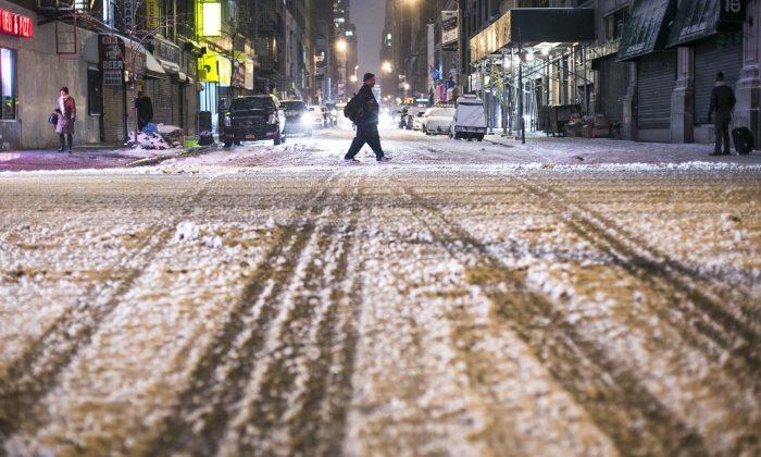 A man crosses the street during Winter Storm Juno, in Midtown Manhattan on Jan. 26, 2015. (Samira Bouaou/Epoch Times)