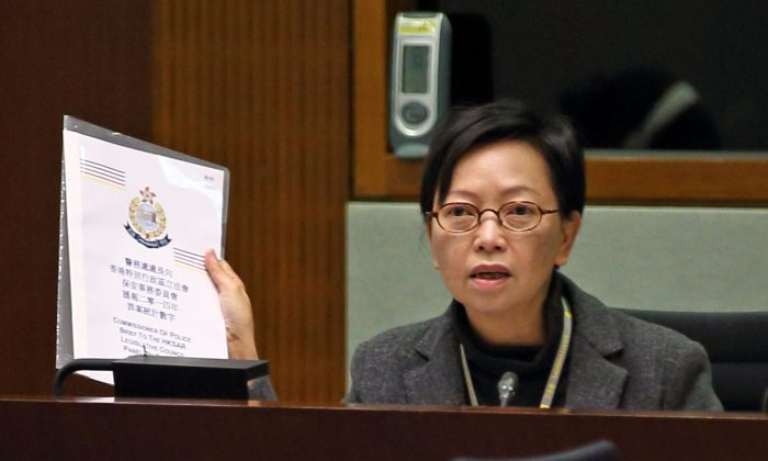 Cyd Ho, Vice Chairwoman of Hong Kong's Labor Party, speaks during a legislature session on Tuesday, Jan. 27, 2015. (Poon Cai-zhu/Epoch Times)