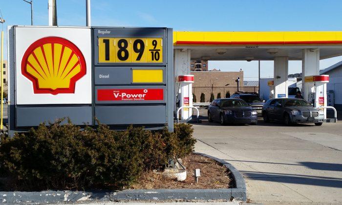 Cars fill up at the pumps at a Shell station near downtown Detroit, on Jan. 1, 2015. (AP Photo/David N. Goodman)