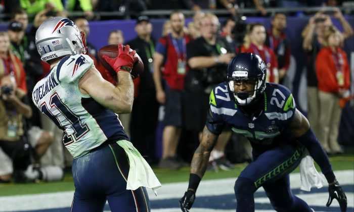 New England Patriots wide receiver Julian Edelman (11) catches a three-yard touchdown pass during the second half of NFL Super Bowl XLIX football game against the Seattle Seahawks Sunday, Feb. 1, 2015, in Glendale, Ariz. (AP Photo/Matt York)