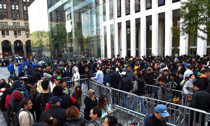 Lines of people wait to purchase the new iPhone 6 at the Apple store on Fifth Avenue in New York on Sept. 19, 2014. (Timothy A. Clary/AFP/Getty Images)