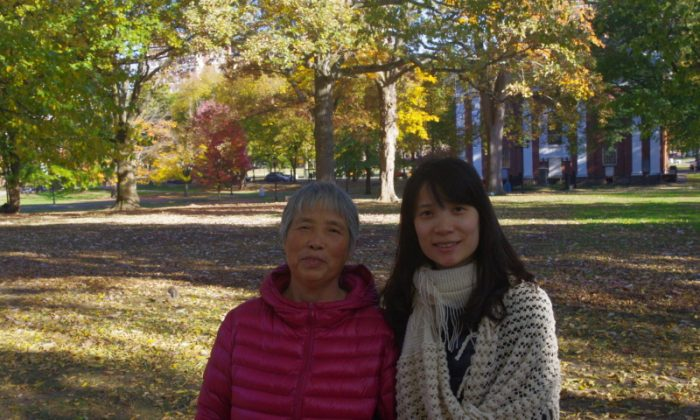 66 year-old Huang Qiaoqin (L) and her daughter Yin Xiaofeng. Huang went on a second trial for distributing information about Falun Gong in public, in Xuhui District Court in Shanghai on Jan. 22, 2015. (New Tang Dynasty Television)