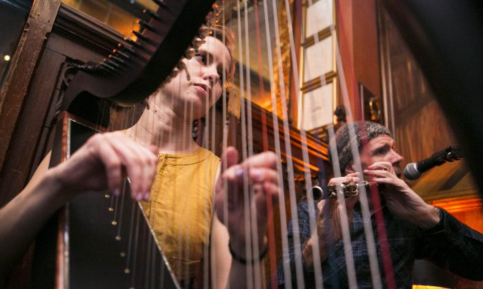 Musicians Maeve Gilchrist (harp) and Kevin Crawford (flute) at the Swift Hibernian Lounge in New York City on Feb. 3, 2015. (Samira Bouaou/Epoch Times)