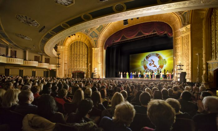 Shen Yun Performing Arts artists bid farewell to the audience at the Detroit Opera House on Feb. 7, 2015. (Epoch Times)
